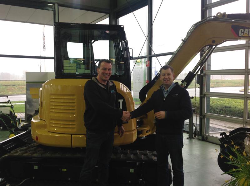 Levering Frank Moes Aduard nieuwe CAT 305E  07-02-14 (2)